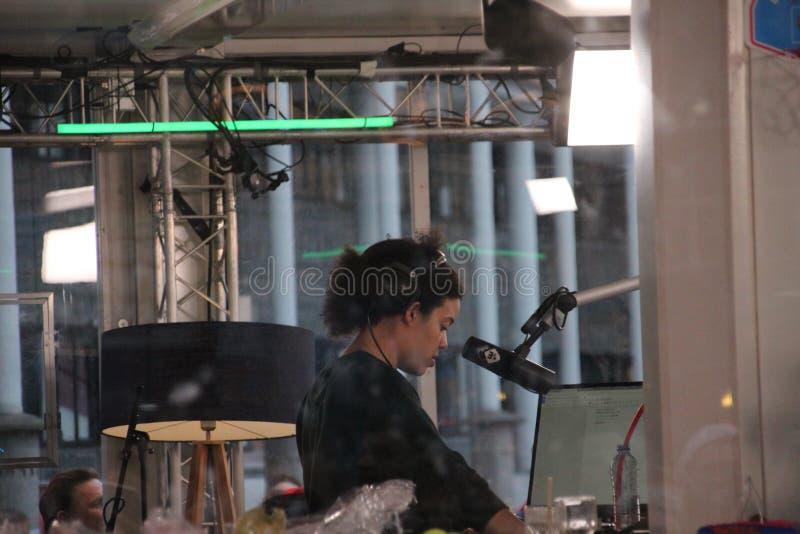 阿珀尔多伦,荷兰- 2017年12月23日:3 DJ ` NPO 3FM收音机s在玻璃房子里被锁培养mony红色哥斯达黎加的 库存图片