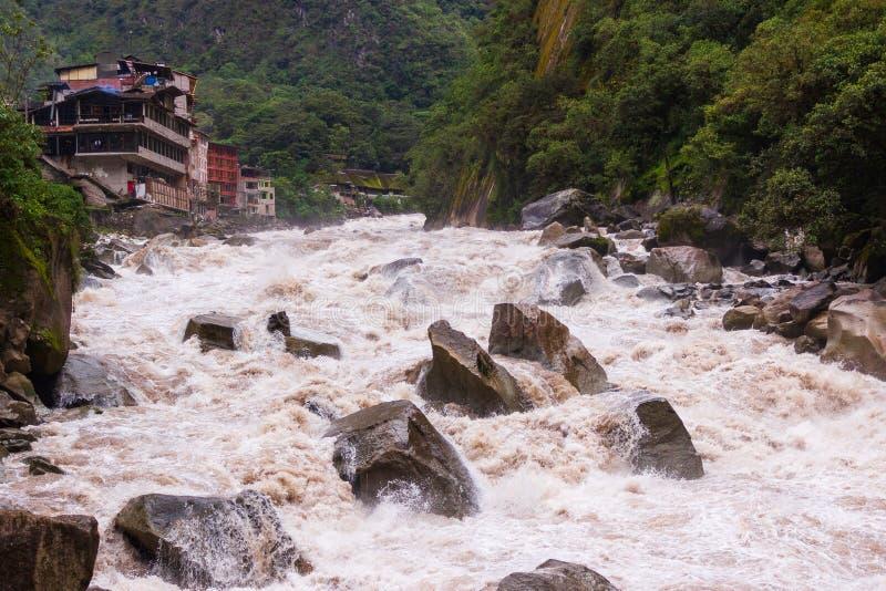 阿瓜斯卡连特斯火山,秘鲁- 27January 2014年:Urubamba河的看法 免版税库存图片
