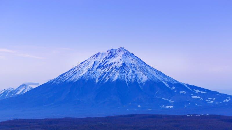阿瓦恰火山火山在堪察加在日落以后的晚上 库存图片