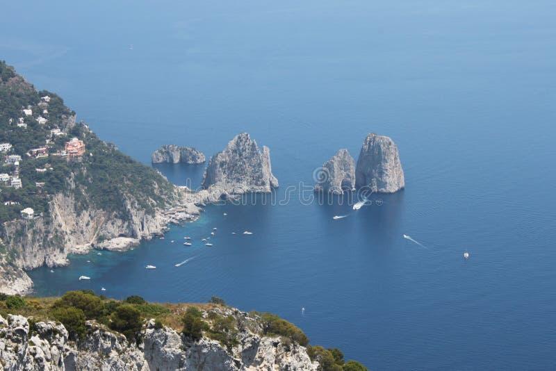 阿纳卡普里,意大利(从阿纳卡普里的看法自然曲拱的在海) 库存图片