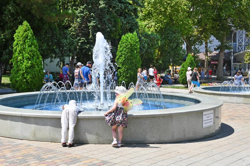 阿纳帕,俄罗斯,2018年7月,18日 小孩子在阿纳帕的中心调查喷泉 库存图片