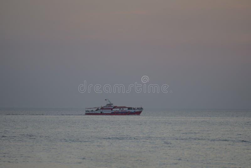 阿纳帕,俄罗斯- 2019年6月17日:黑海在夏天在阿纳帕克拉斯诺达尔地区白色船船 ?? 免版税库存照片