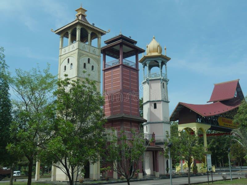 阿耶Keroh,马来西亚--2018年2月:三个塔的侧视图在Melaka门户曲拱附近的在Melaca,代表的马来西亚 库存照片
