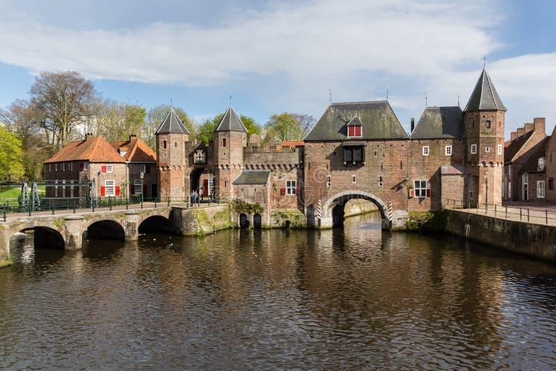 阿莫斯福特中世纪镇墙壁Koppelpoort和Eem河 库存照片