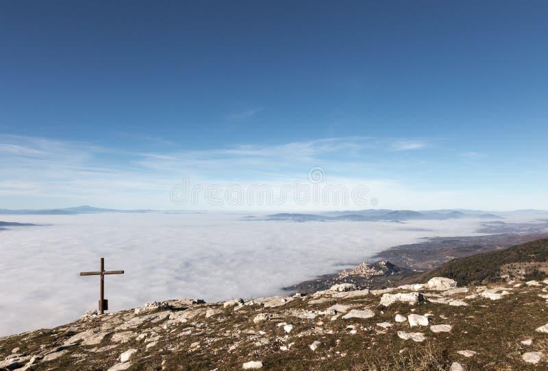 阿西西、十字架和雾 免版税库存图片