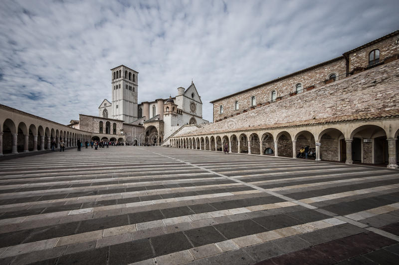 Download 阿西西圣法兰西斯大教堂有更低的广场的在阿西西, I 库存照片. 图片 包括有 中世纪, 城镇, francesco - 62527934