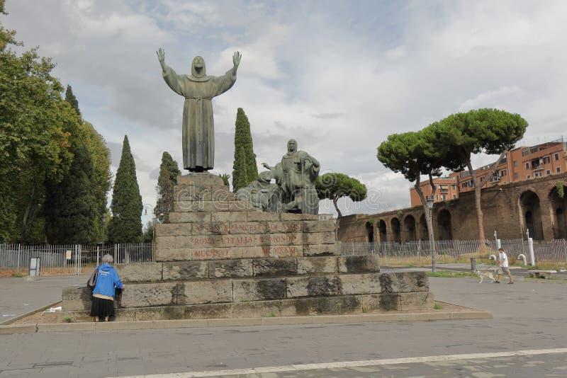 阿西西圣法兰西斯正面图雕象在罗马 库存照片