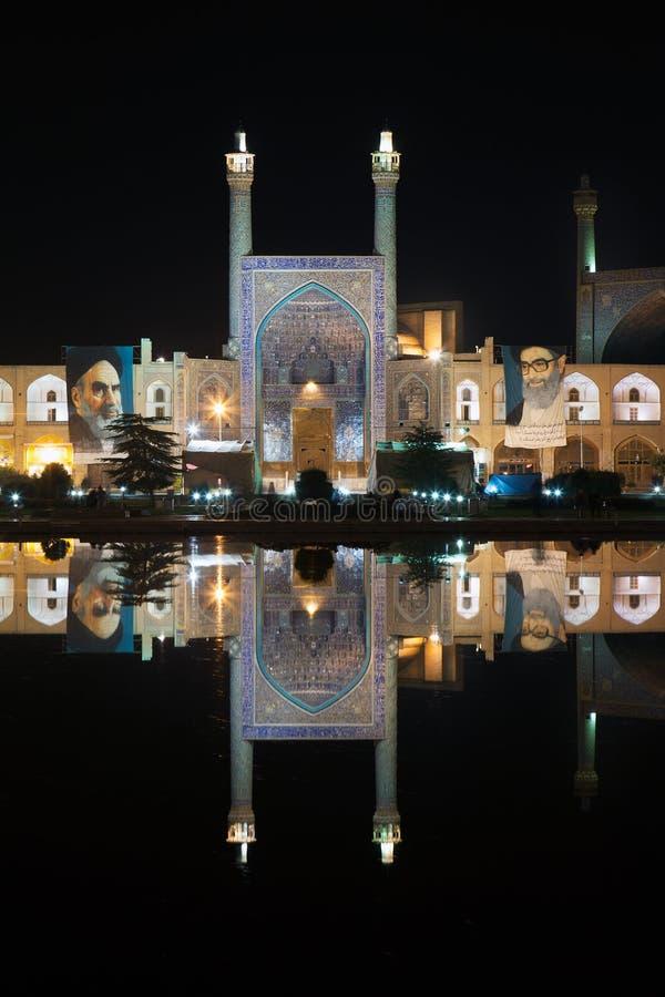 阿訇清真寺在水池在夜之前,伊斯法罕,伊朗反射了 库存照片