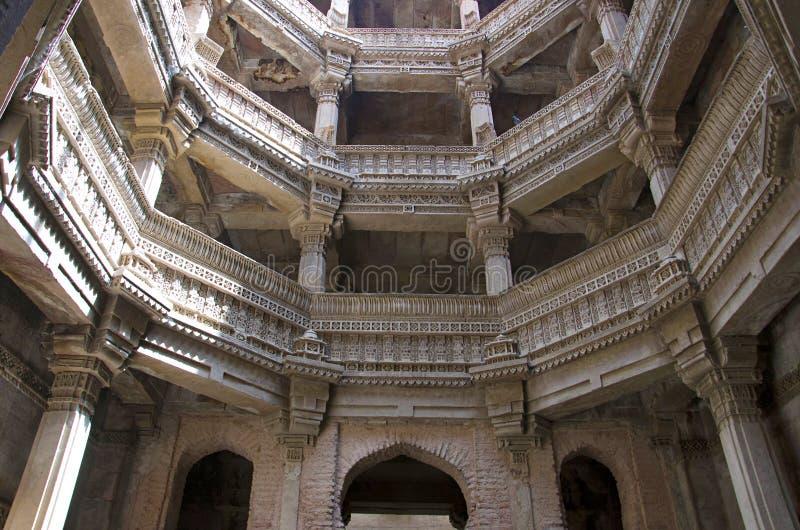 阿达拉杰Ni Vav Stepwell或Rudabai Stepwell内在看法  在1498年修造由蛙属改变方向辛哈是五个故事深深 艾哈迈达巴德, Guja 库存图片