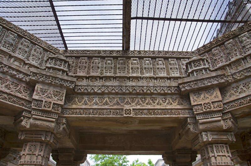 阿达拉杰Ni Vav Stepwell或Rudabai Stepwell被雕刻的内在墙壁  在1498年修造由蛙属改变方向辛哈是五个故事深深 Ahmedaba 库存照片