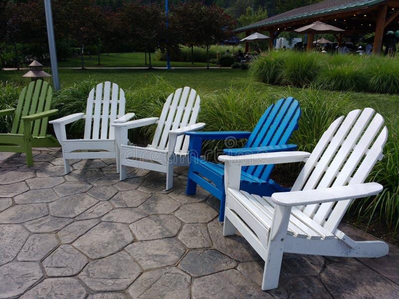 阿迪朗达克椅子、绿色、白色和蓝色躺椅在一个公园, NJ,美国 库存照片