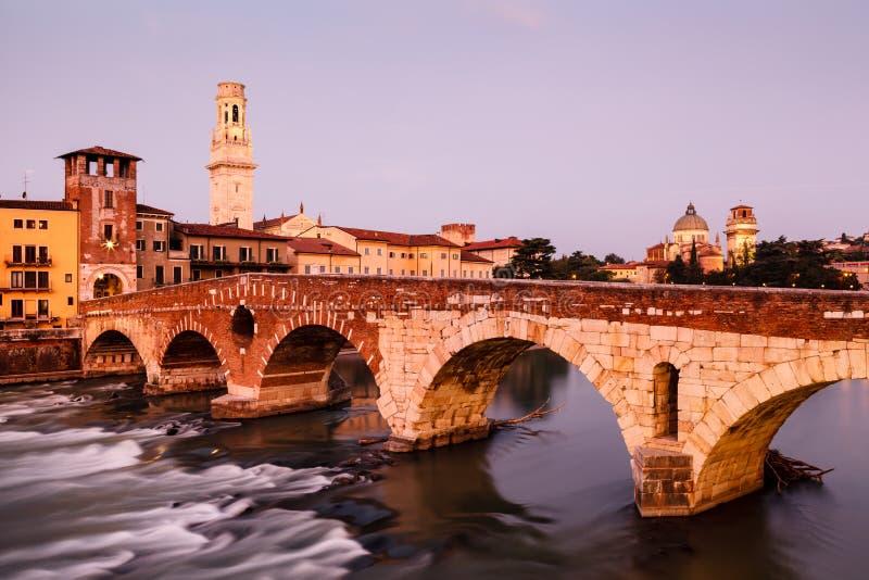 阿迪杰河和圣皮特桥梁视图  免版税库存照片