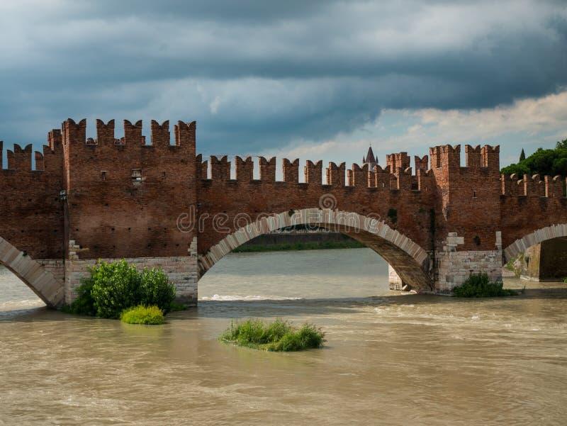 阿迪杰河的看法从castelvecchio桥梁在维罗纳,游人的目的地的爱的 免版税库存照片