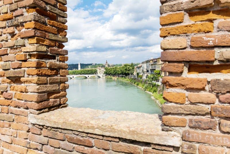 阿迪杰河视图通过砖墙 免版税库存图片