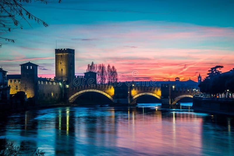 阿迪杰河那十字架维罗纳在日落 免版税库存图片