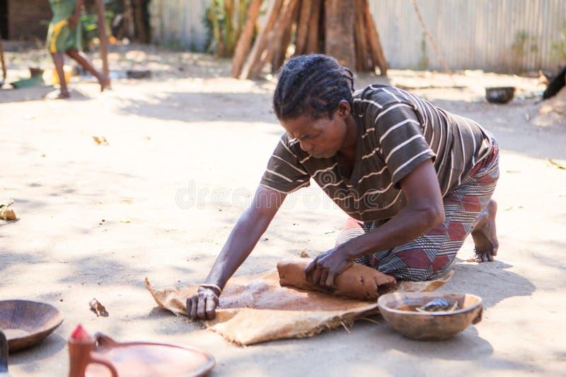 阿里部落陶瓷技师妇女 库存图片