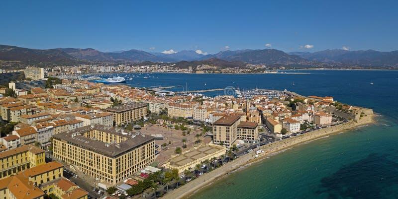 阿雅克修,可西嘉岛,法国鸟瞰图  从海看的港口区域和市中心 免版税库存图片
