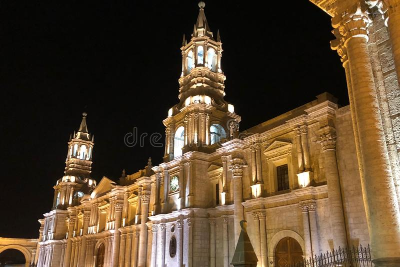 阿雷基帕大教堂大教堂在Plaza de阿玛斯在阿雷基帕在晚上 库存照片