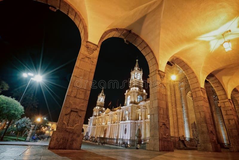 阿雷基帕inPeru著名大教堂大教堂的夜视图  库存图片