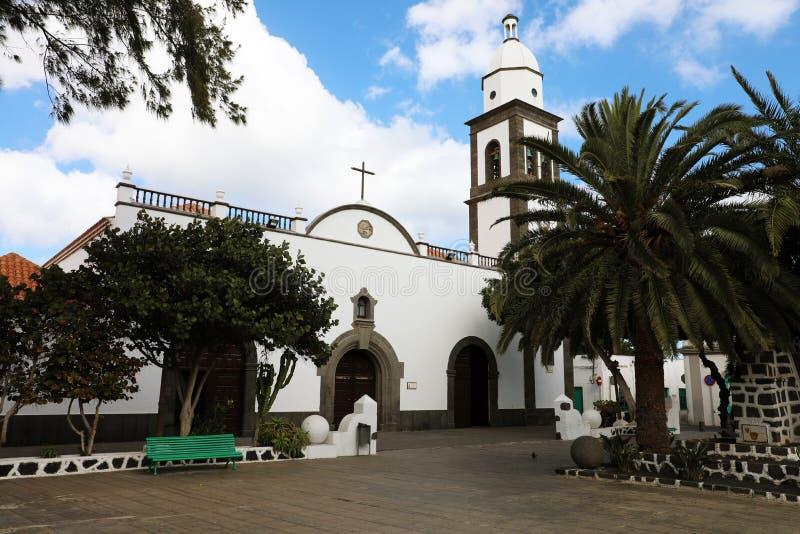 阿雷西费市中央老正方形的圣希内斯教会在兰萨罗特岛海岛,西班牙 库存图片