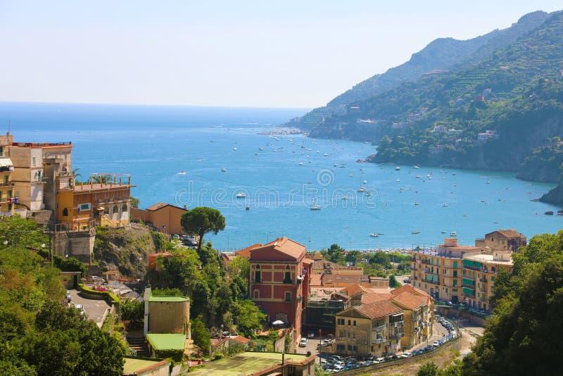 阿马尔菲海岸惊人的看法从维耶特利苏玛雷村庄,意大利的 免版税库存照片