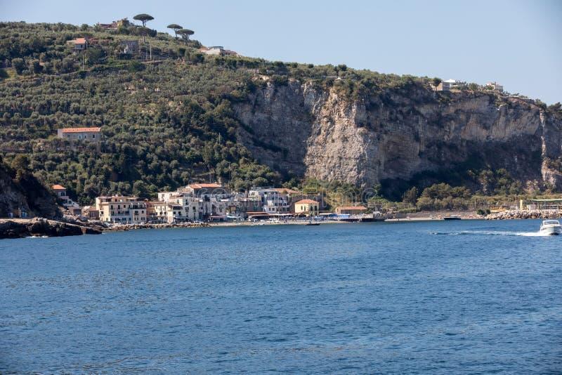 阿马尔菲海岸的看法在索伦托和波西塔诺之间的 褶皱藻属 免版税库存图片