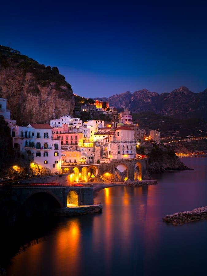 阿马飞夜视图地中海,意大利海岸线的  免版税库存照片