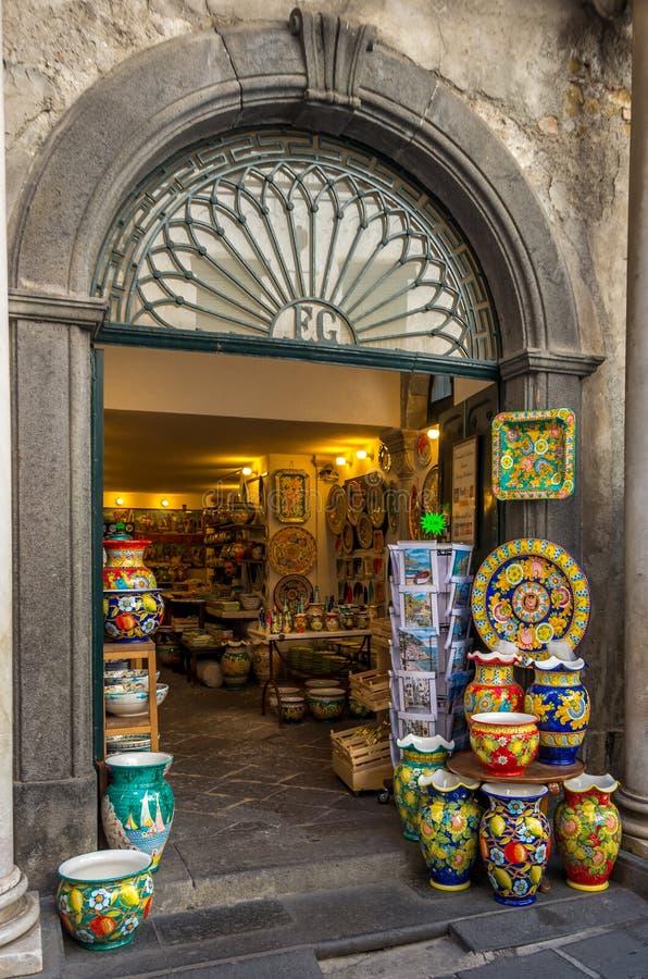 阿马飞意大利,2017年4月:纪念品店与许多工艺品传统瓦器 库存照片