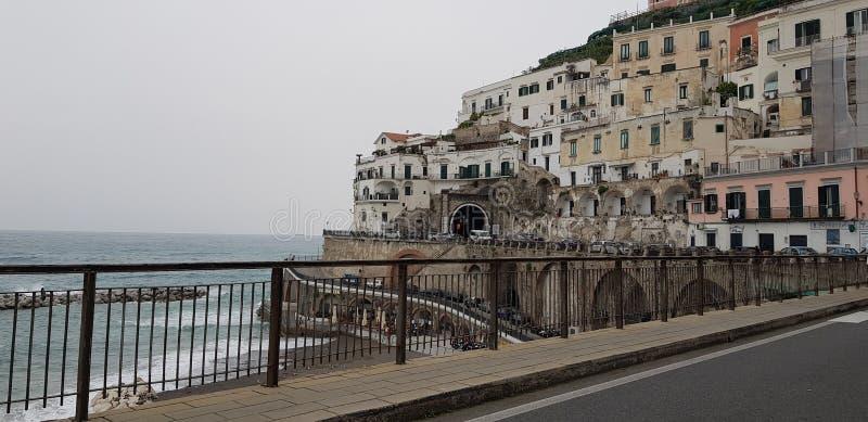 阿马飞有房子的海岸路在多云天气下的背景中 免版税库存照片