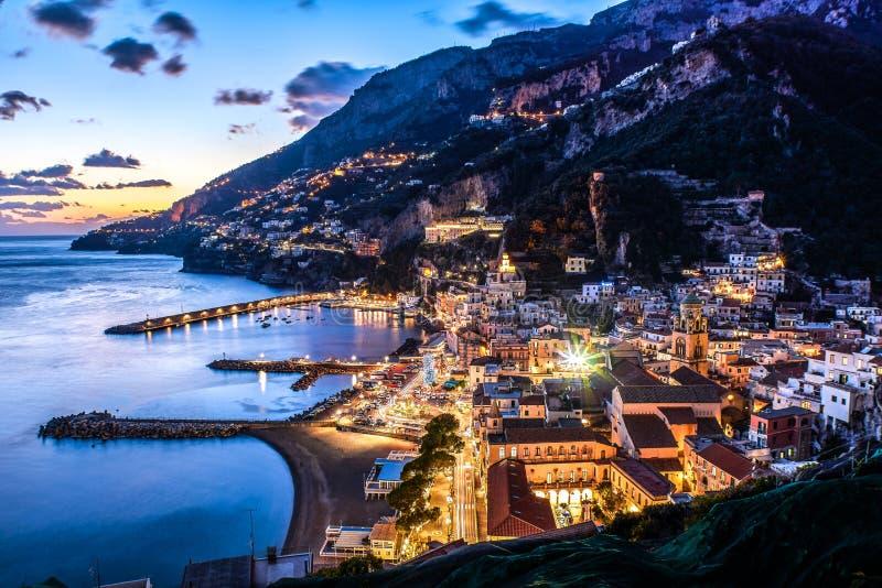 阿马飞海岸萨莱诺,波西塔诺,褶皱藻属,意大利 夜在日落的城市视图 库存照片