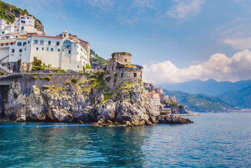 阿马飞美丽的镇的风景图片明信片视图著名阿马尔菲海岸的有萨莱诺,索伦托,意大利海湾的  免版税库存图片