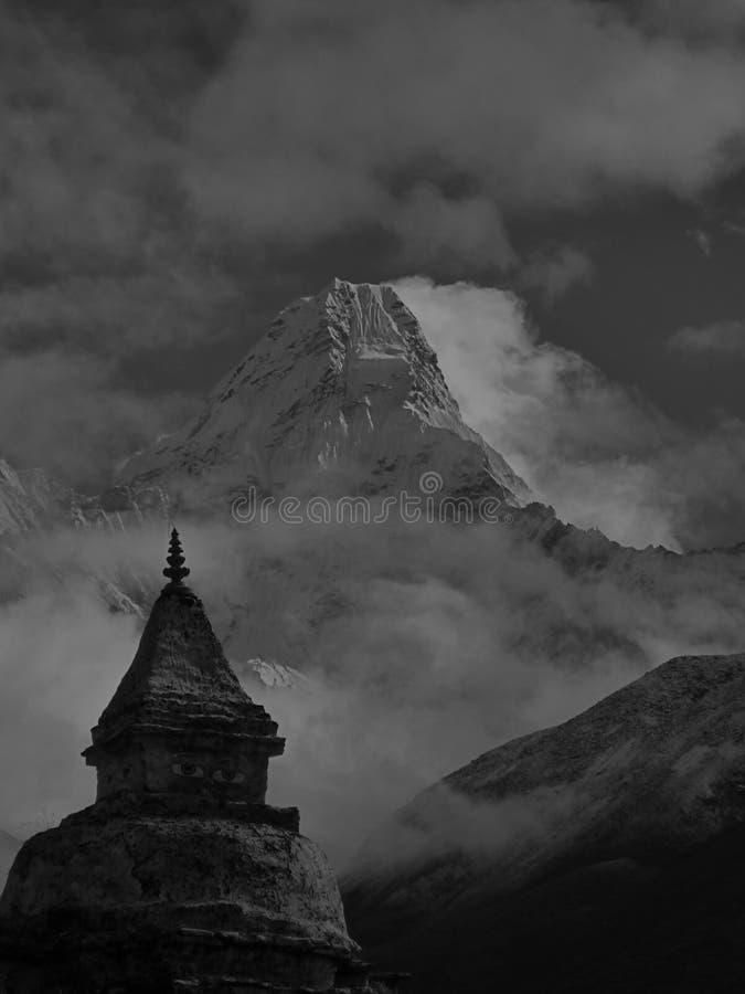 阿马Dablam尼泊尔的黑白图象 库存图片