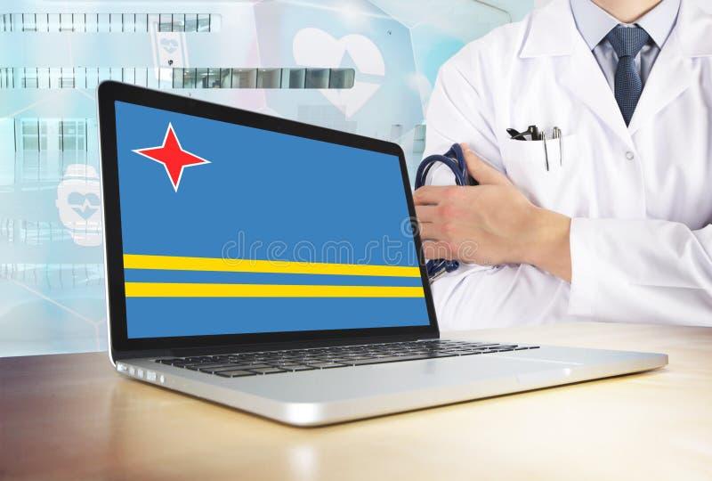 阿鲁巴在技术题材的卫生保健系统 在显示器的旗子 站立与听诊器的医生在医院 Cryptocurrency? 库存图片