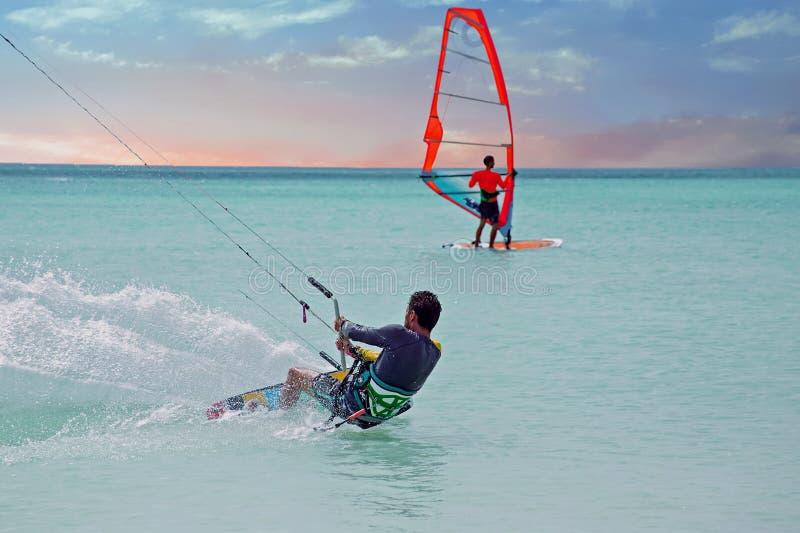 阿鲁巴的风筝冲浪者在日落的加勒比 库存照片