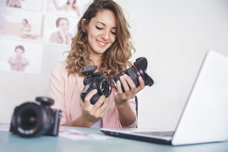 附有摄象机镜头的年轻女性摄影师照相机bo 图库摄影