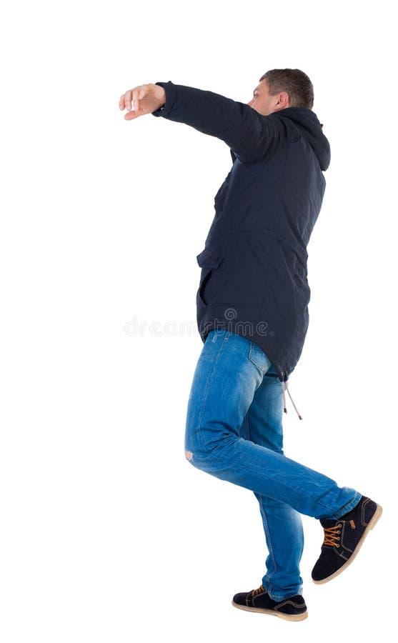 附头巾皮外衣的平衡的年轻人 库存照片