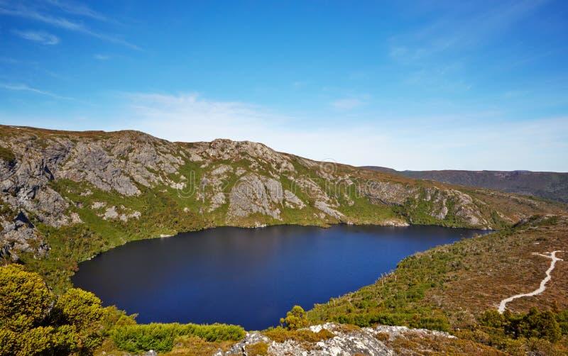 陆上足迹的,摇篮山高山湖 库存照片
