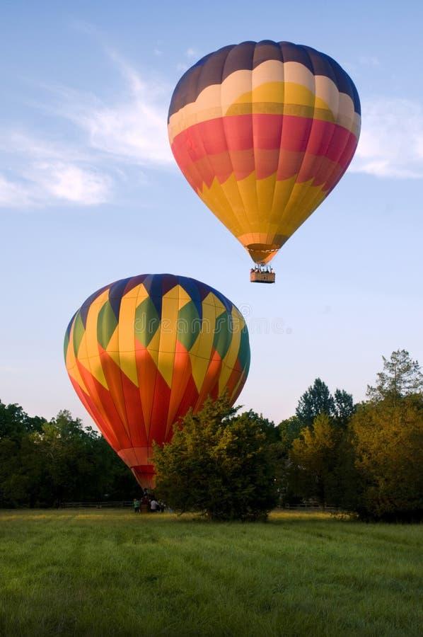 登陆两个的热气球离开或 免版税库存照片