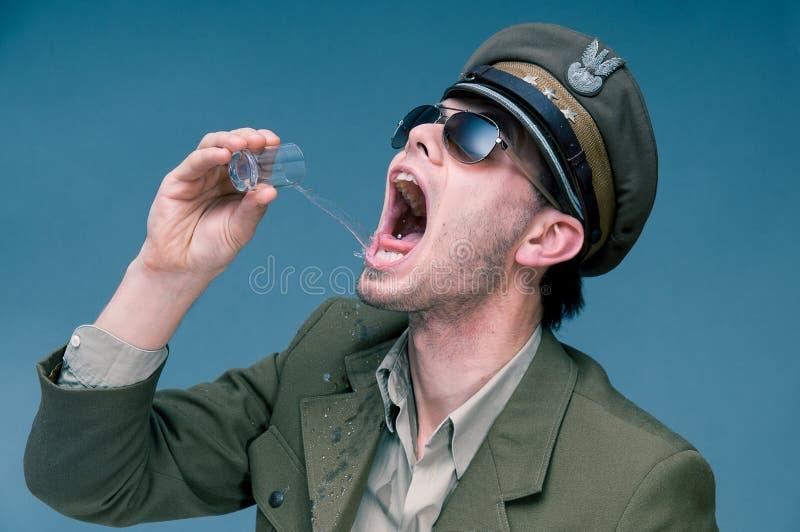 陆军中尉使上瘾对酒精 免版税库存图片