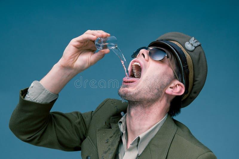 陆军中尉使上瘾对酒精 免版税库存照片