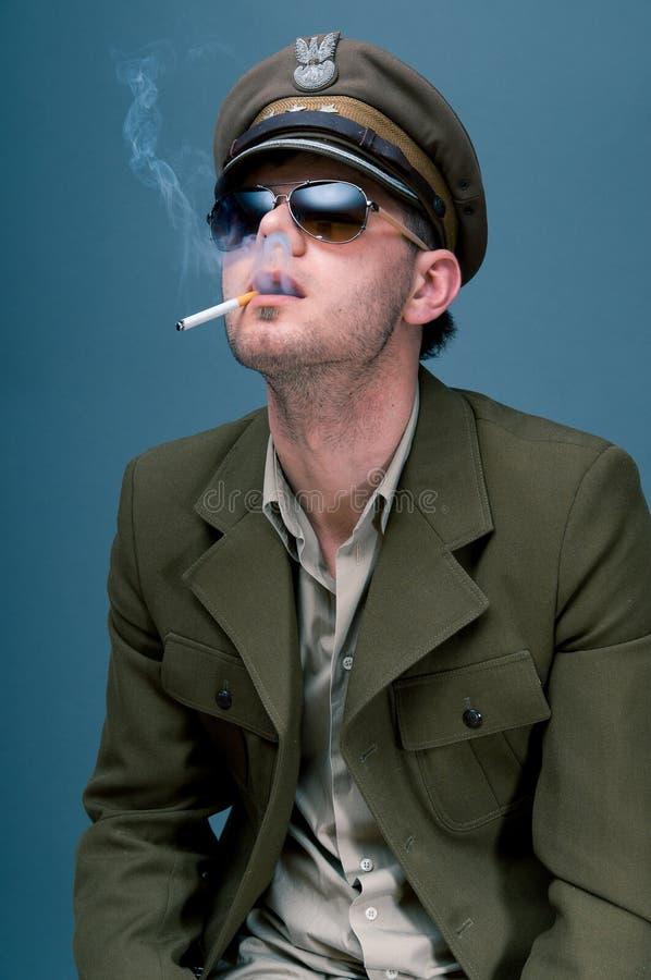 陆军中尉使上瘾对香烟 库存图片