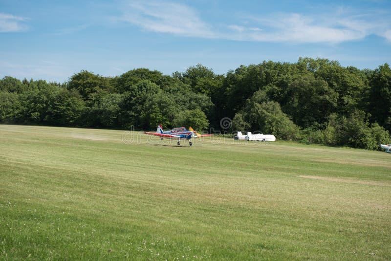 登陆在草的小航空器 免版税库存图片