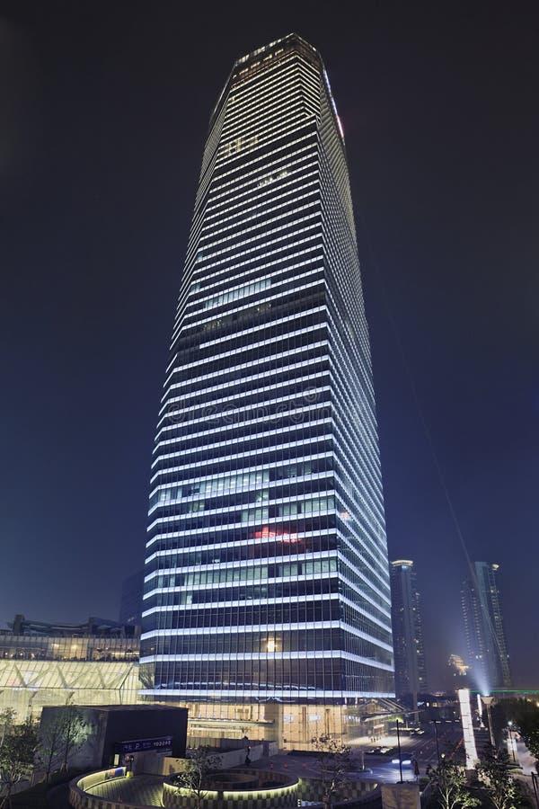 陆家嘴地区的摩天大楼在晚上,上海,中国 免版税库存照片