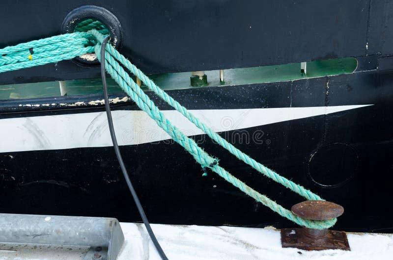 从登陆的小船的停泊绳索 免版税库存照片