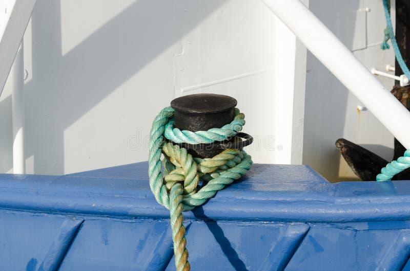 从登陆的小船的停泊绳索 库存照片