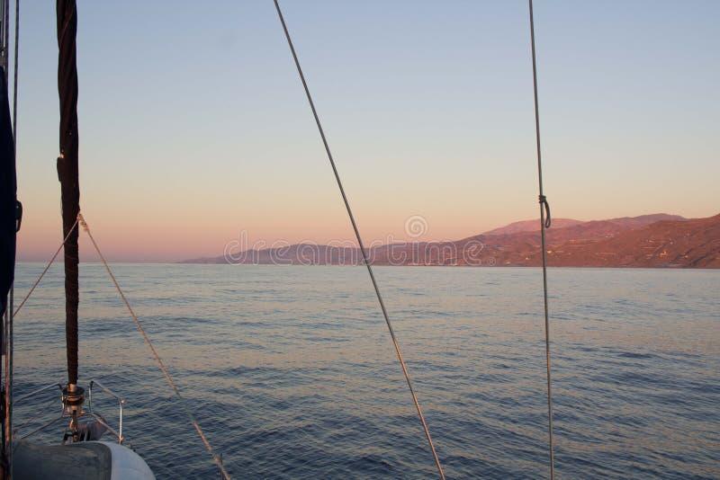 陆间海沿岸航行的日落视图从航行游艇 免版税图库摄影