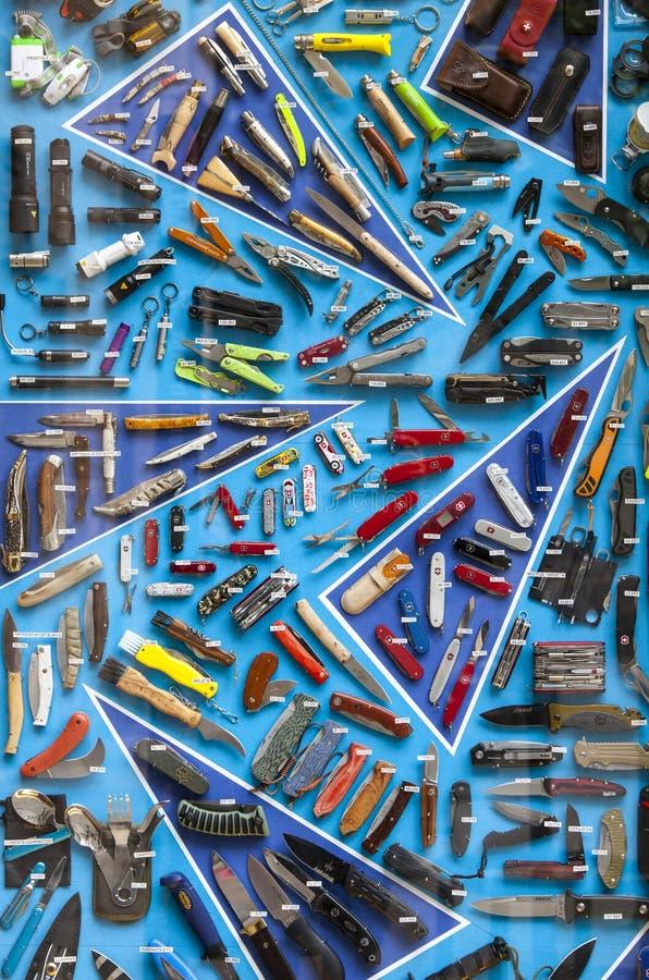陈列与刀子、螺丝刀、火炬和工具的股票 库存照片