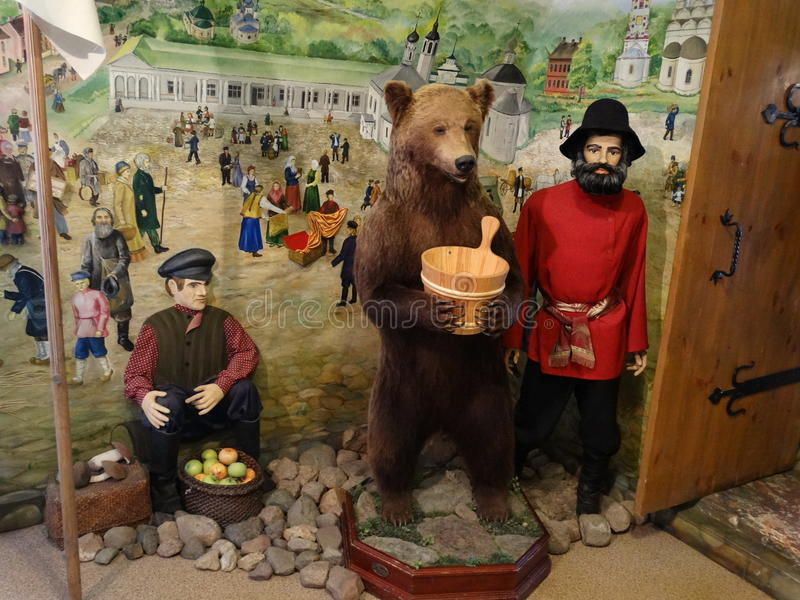 陈列俄国农民和熊 库存图片