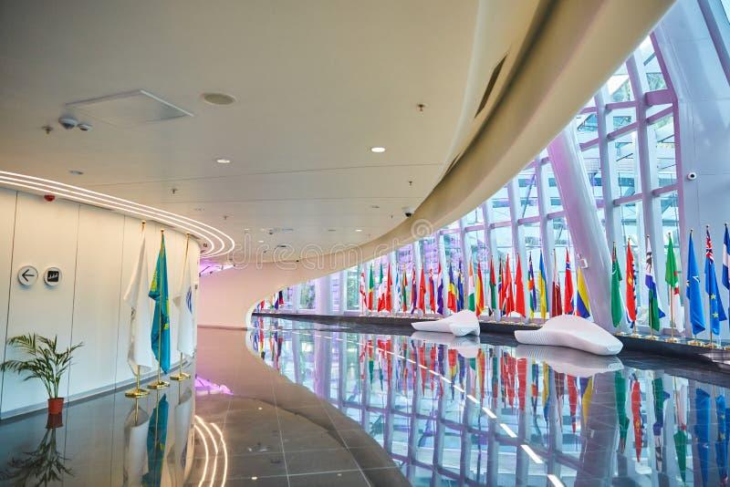 陈列商展,阿斯塔纳,哈萨克斯坦2017年-内部在其中一个商展的大厦中,在那里周长附近是d旗子  免版税图库摄影