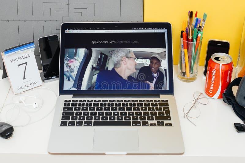 陈列Karpool卡拉OK演唱的苹果电脑网站 库存照片